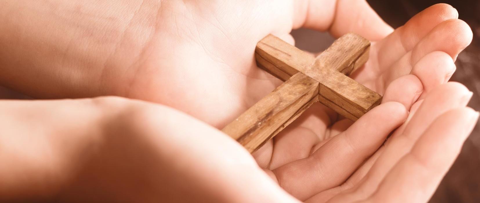 Hände mit Kreuz | Kirche Mitling-Mark